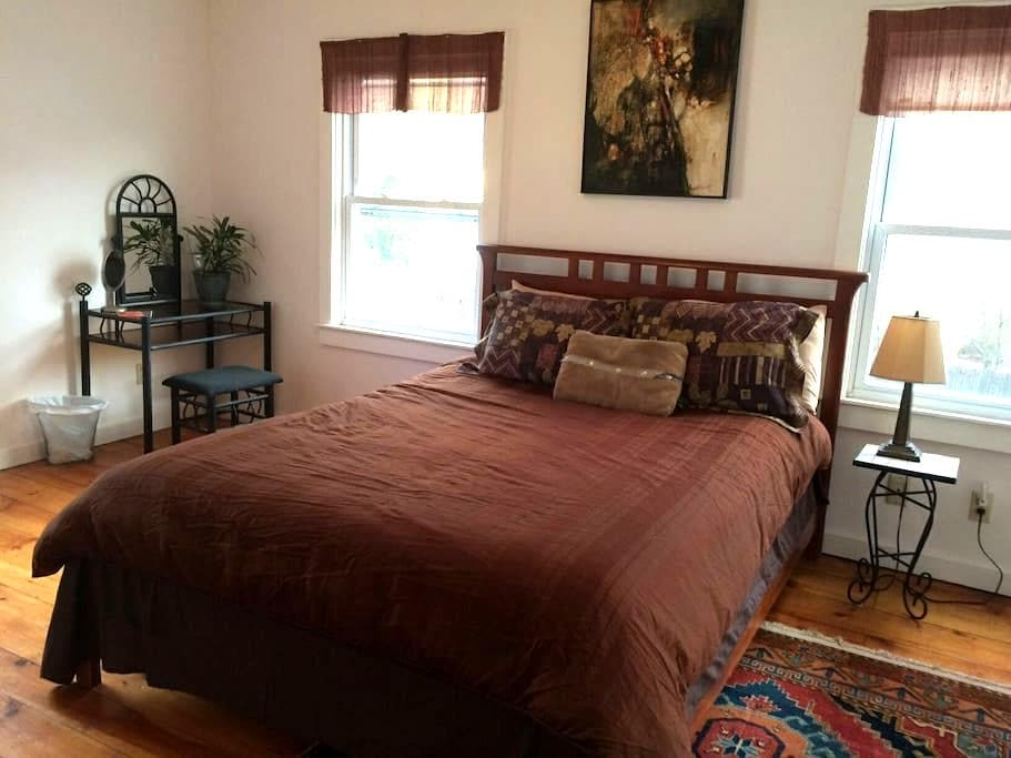 Downtown Great Barrington, Queen Bed, Charming Art - Great Barrington - House