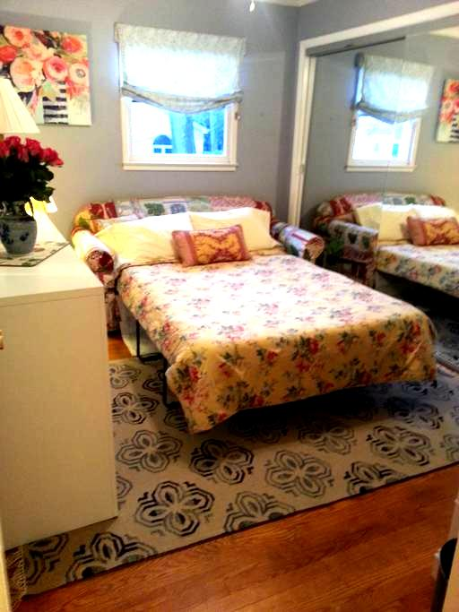 A Bright & Sunny Room - McLean - Dom