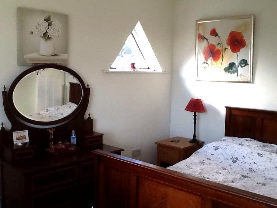 Welcoming room in family home - Southend-on-Sea
