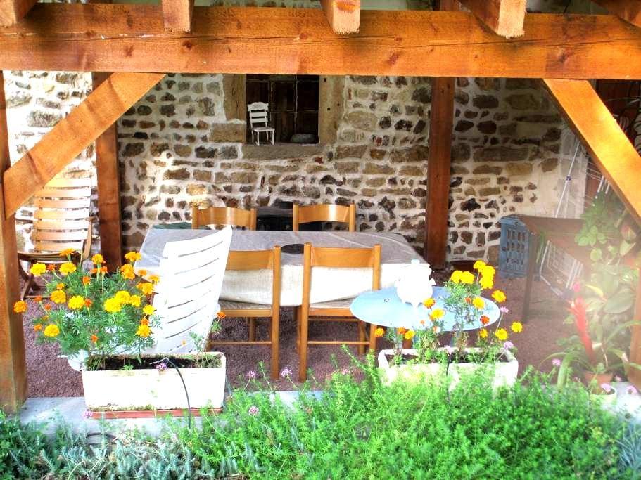 Maison de caractère, avec vaste jardin et barbecue - Saint-Pierre-la-Noaille - Дом