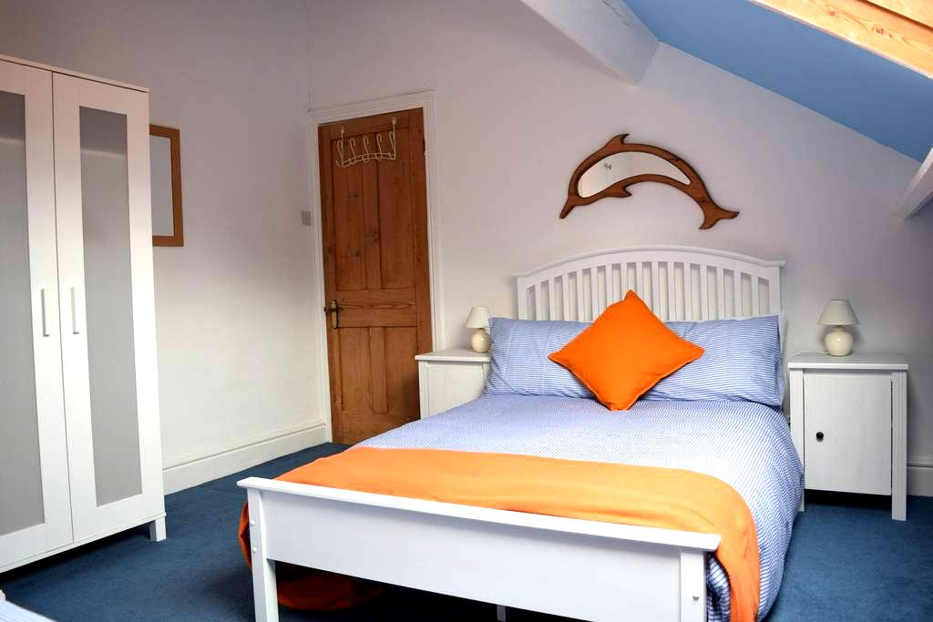 Room in Lakes market town. Small double & single - Ulverston - Huis