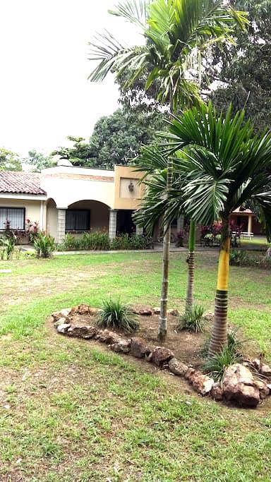 Monti's House - Orotina - Talo