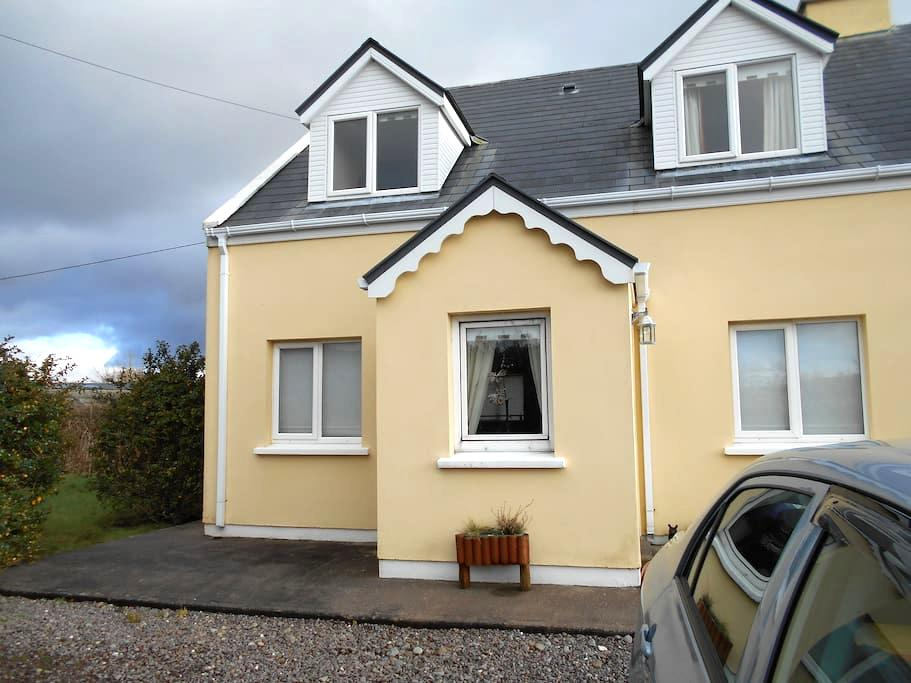 lovely home, 2 minute walk to Town - Cahersiveen - Huis