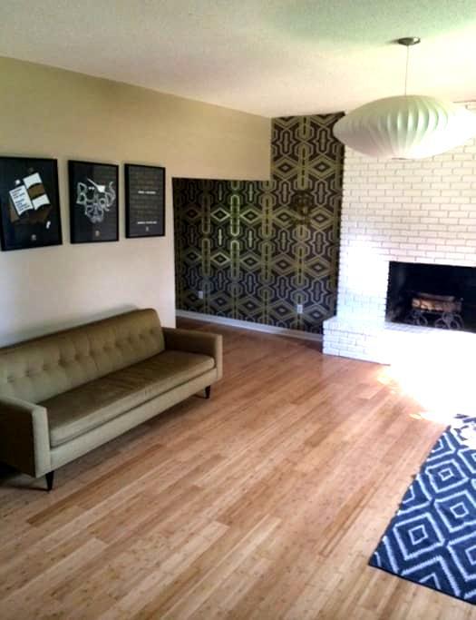 Graphic designer's beautiful home - Winterville - Rumah