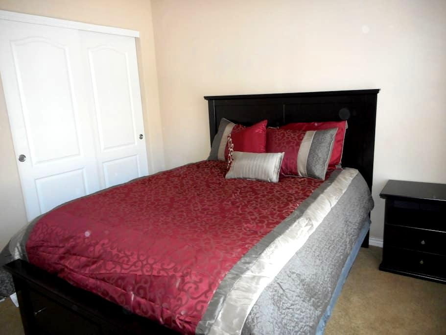Homey bedroom in Greeley with private bathroom - Greeley - Appartement