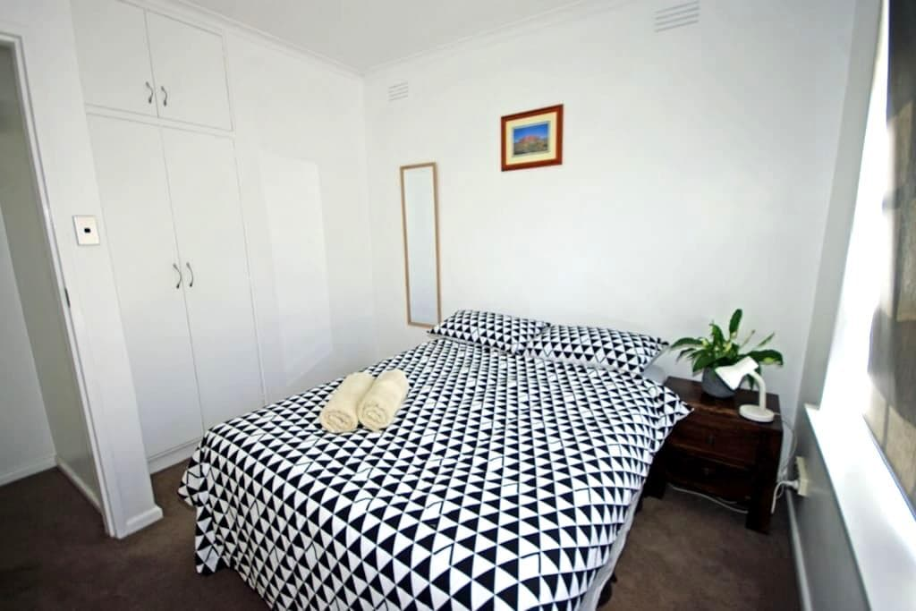 Private Room in quiet Glenhuntly... - Glen Huntly - Leilighet