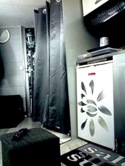 studio sous les toits / chambre de bonne WC palier - Paris - Apartment