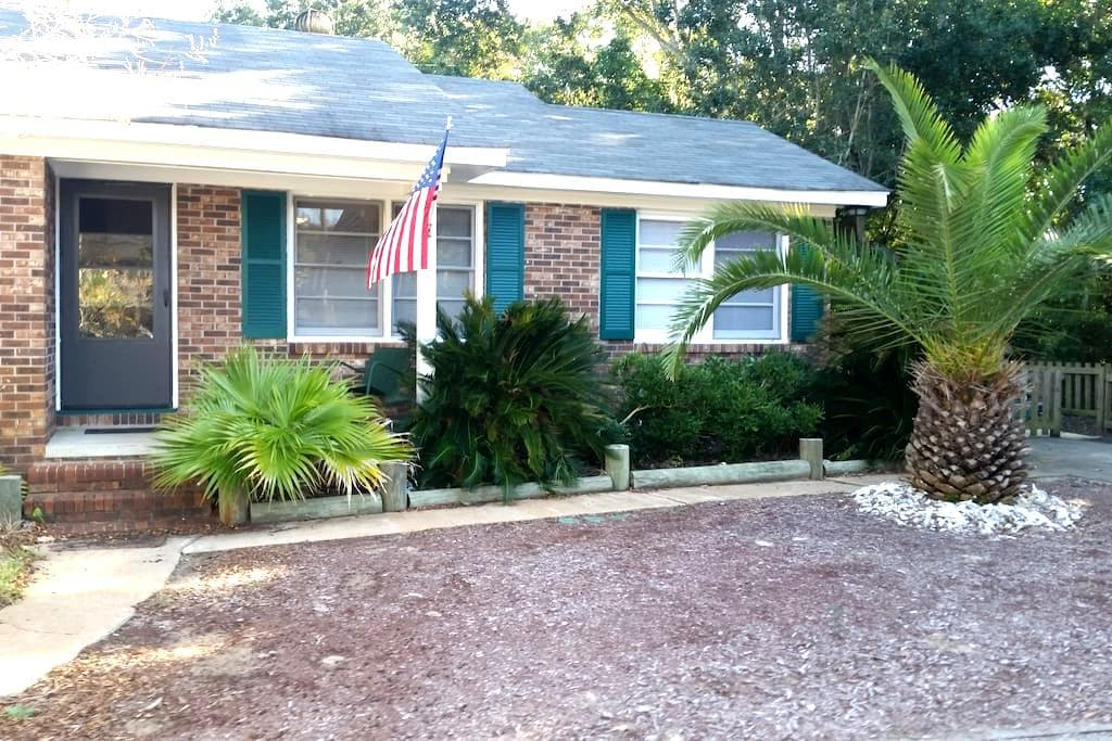 Seewee Cottage ( 1 blk from beach) - Isle of Palms - Dom