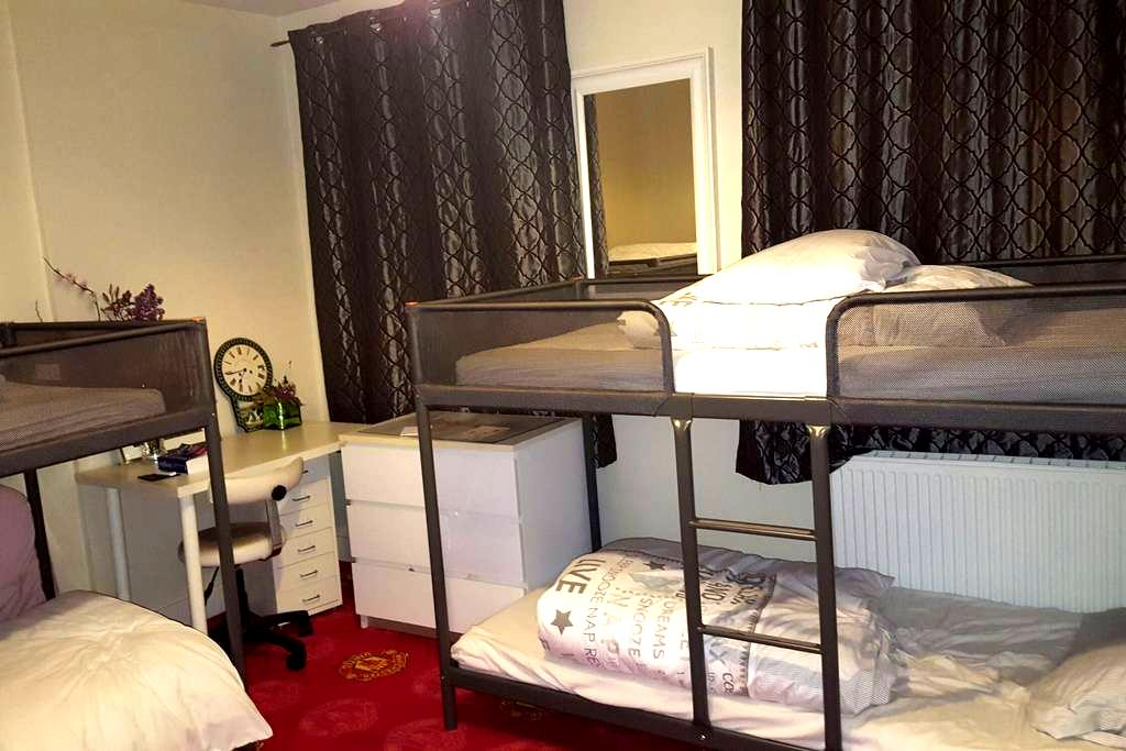 Large ensuite room with kitchen nr airport/city! - Dublin 13 - Ev