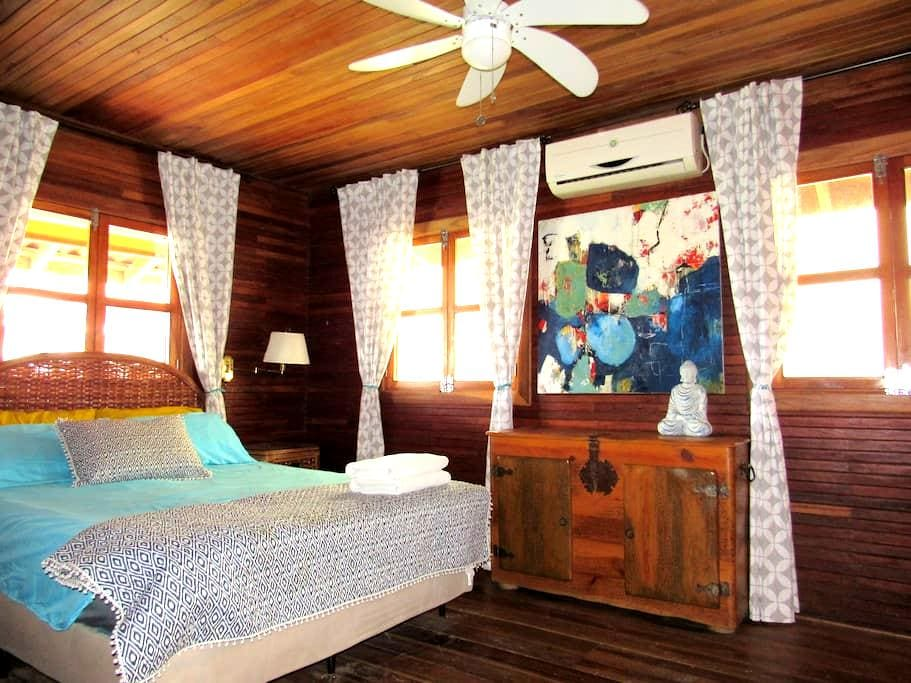 Private Queen Suite in town with ensuite and A/C! - Bocas del Toro Province - Hus