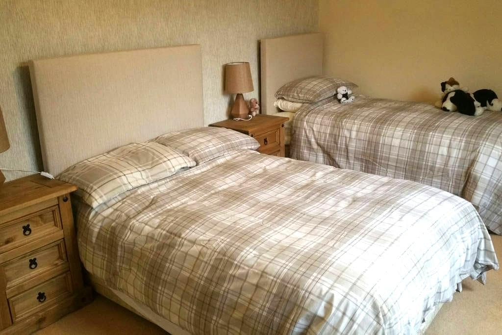 Private Twin Room -& sharing house. - Clonmel - Huis