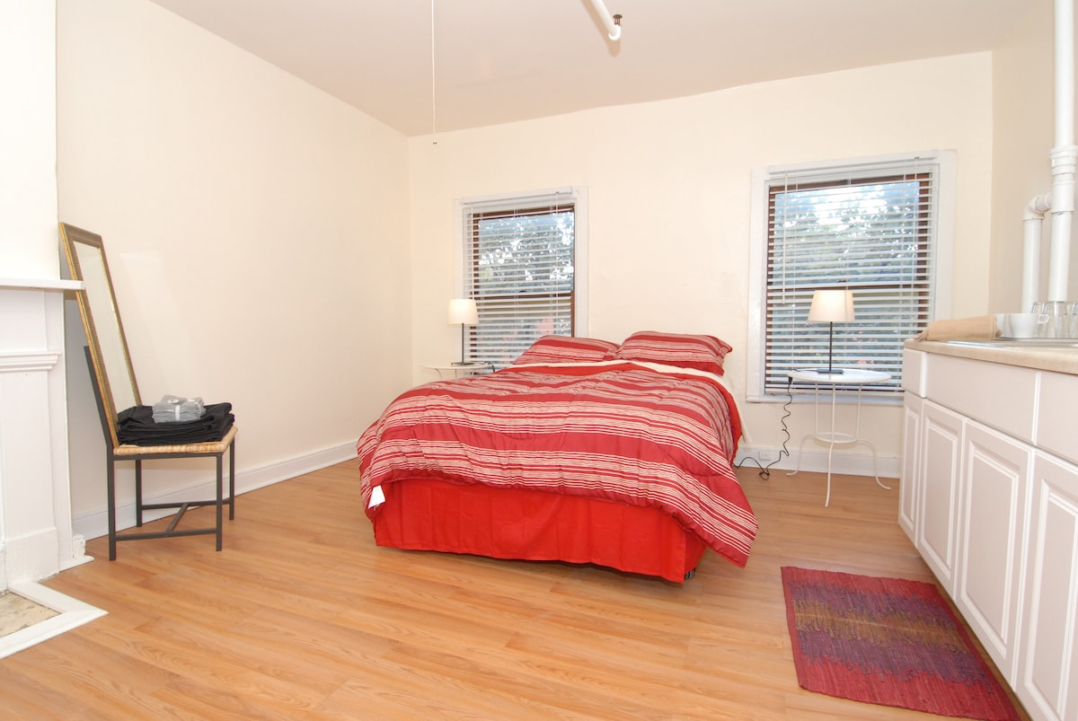 Private studio room with Queen bed