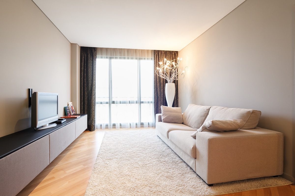 Sofá cómodo y ventana con vista fantásticas del centro de Barcelona