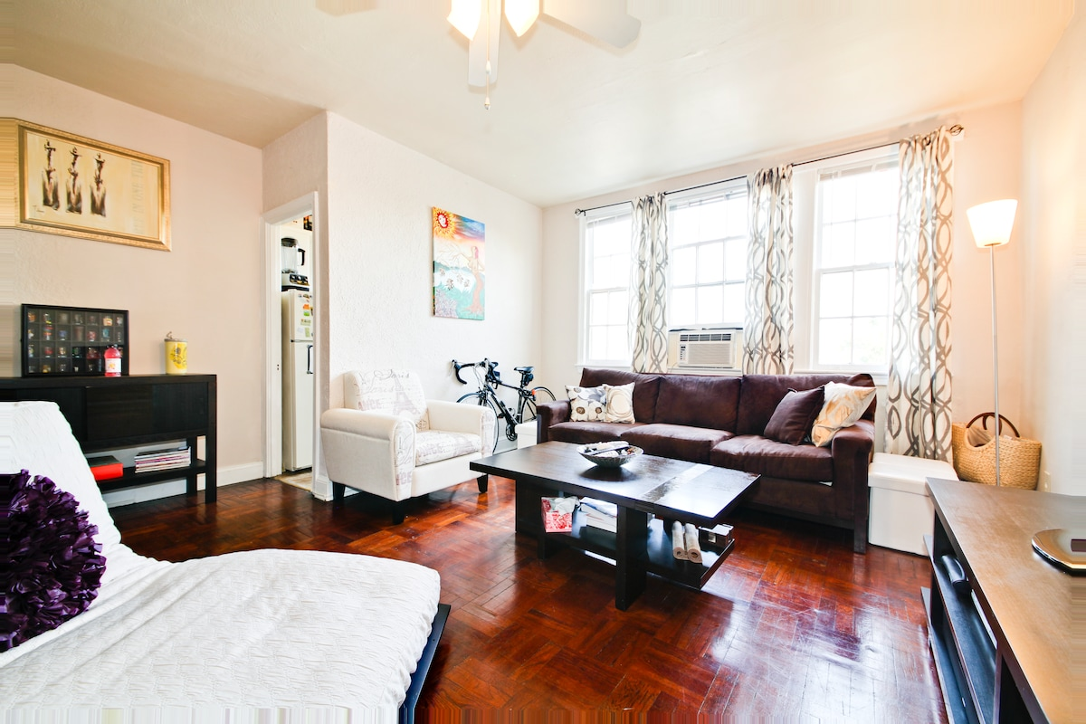 2 Blocks from Metro Bright and Cozy