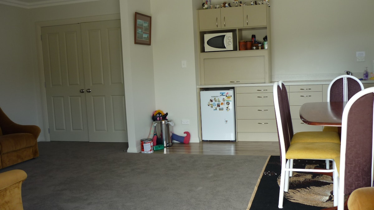 This is the lounge, dinning area with lounge suite. Tea & Coffee making facilities,microwave,fridge.