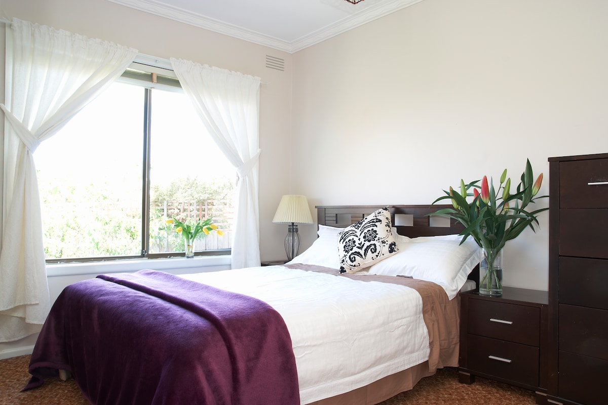 Guest Bedroom in a sunny morning!