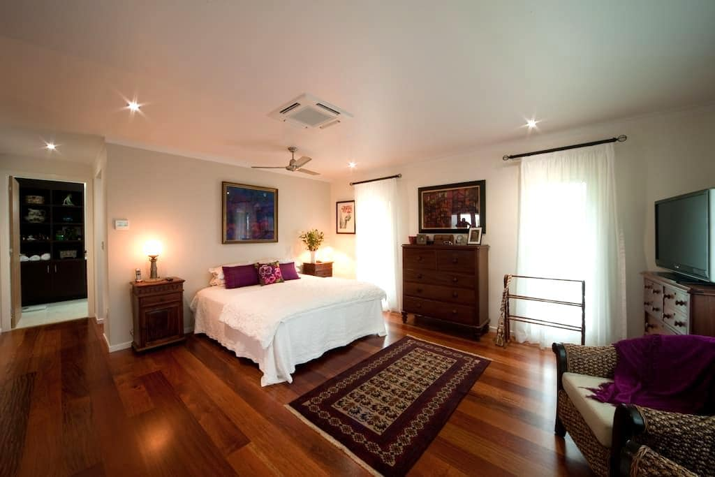 Airlie Beach Arthouse King Room. - Cannon Valley, Airlie Beach. - Huis