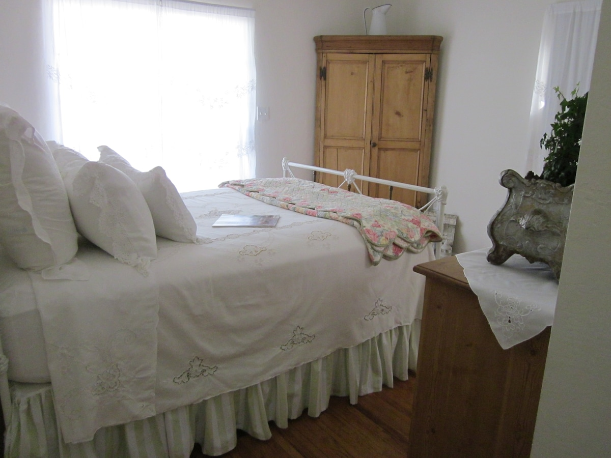 Light and airy room with quality linens