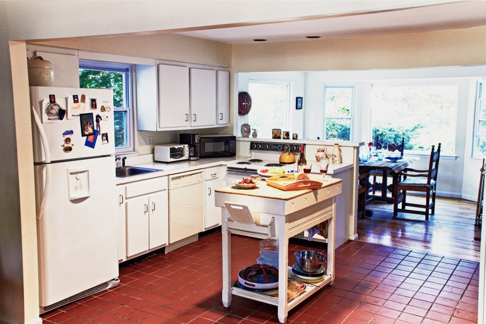 Fully equipped kitchen with toaster, coffee machine, oven and welcoming dinning room