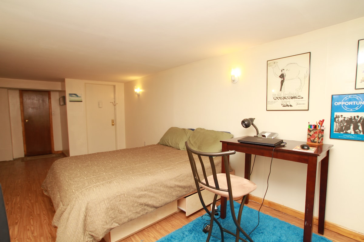 HUGE Studio, Times SQ -- Sleeps 4!