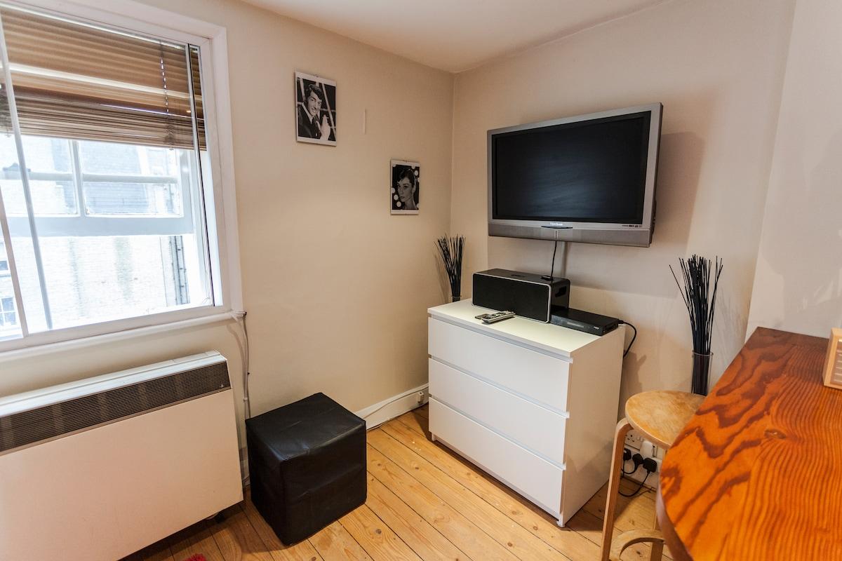 Living room, TV ,IPOD dock