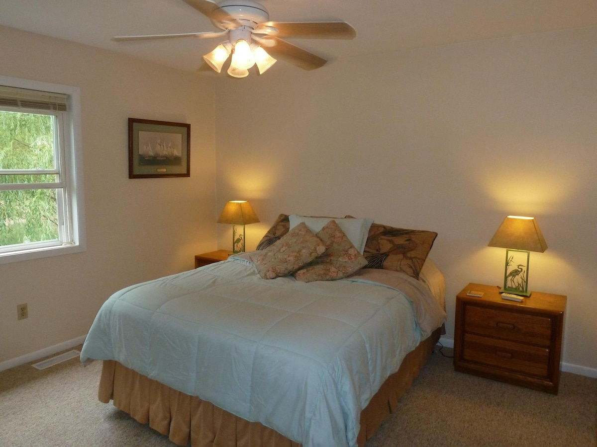 Master bedrooms feature walk-in closets; linens and towels provided.