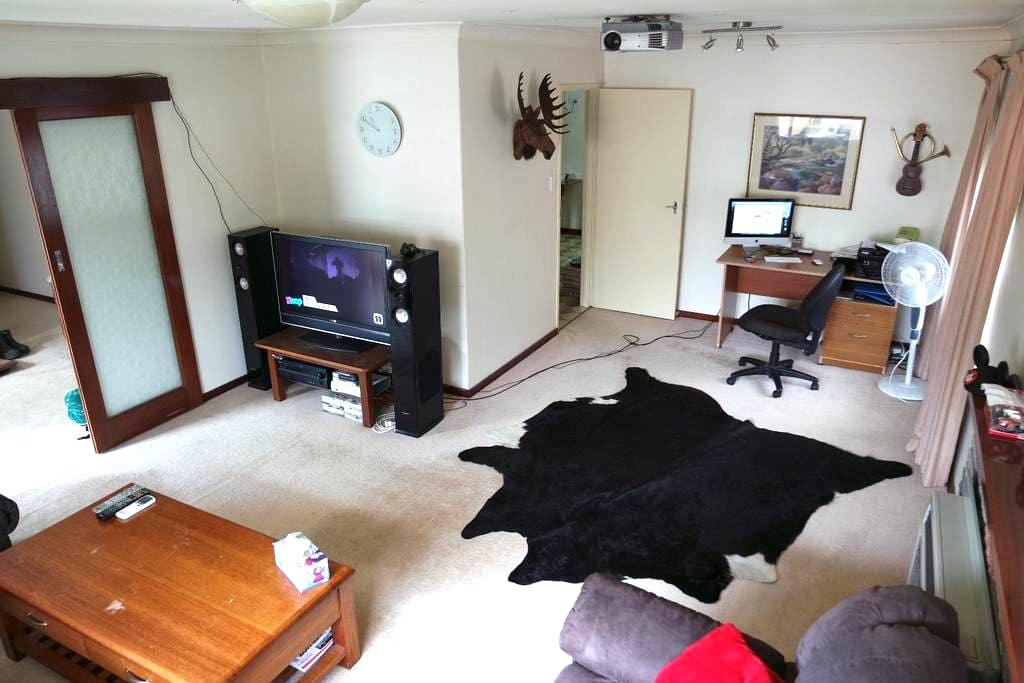 Cheap, centrally located large house - Lathlain