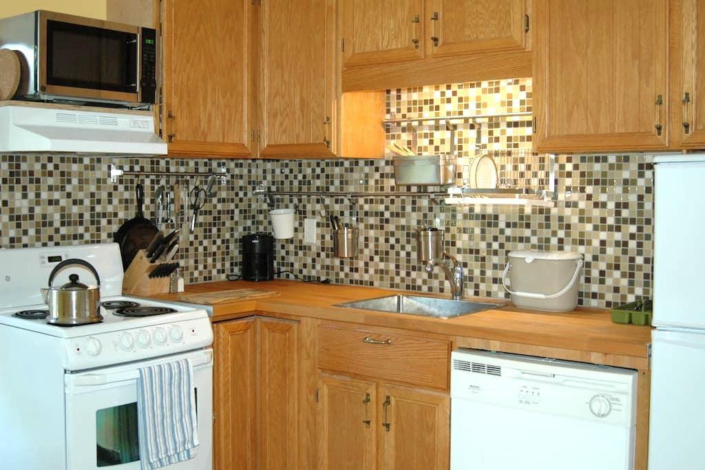 Quiet, sunny second floor apartment - Belleville - Apartment