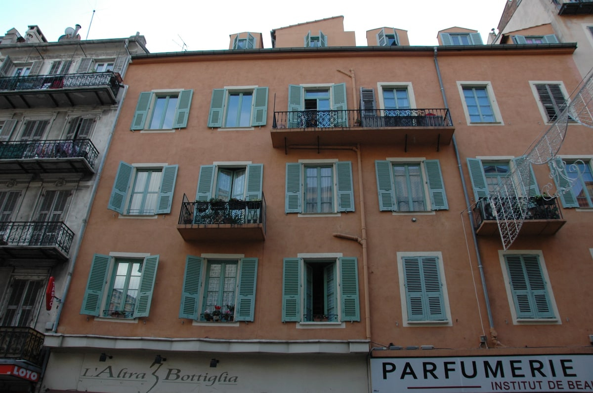 Le batiment, the property