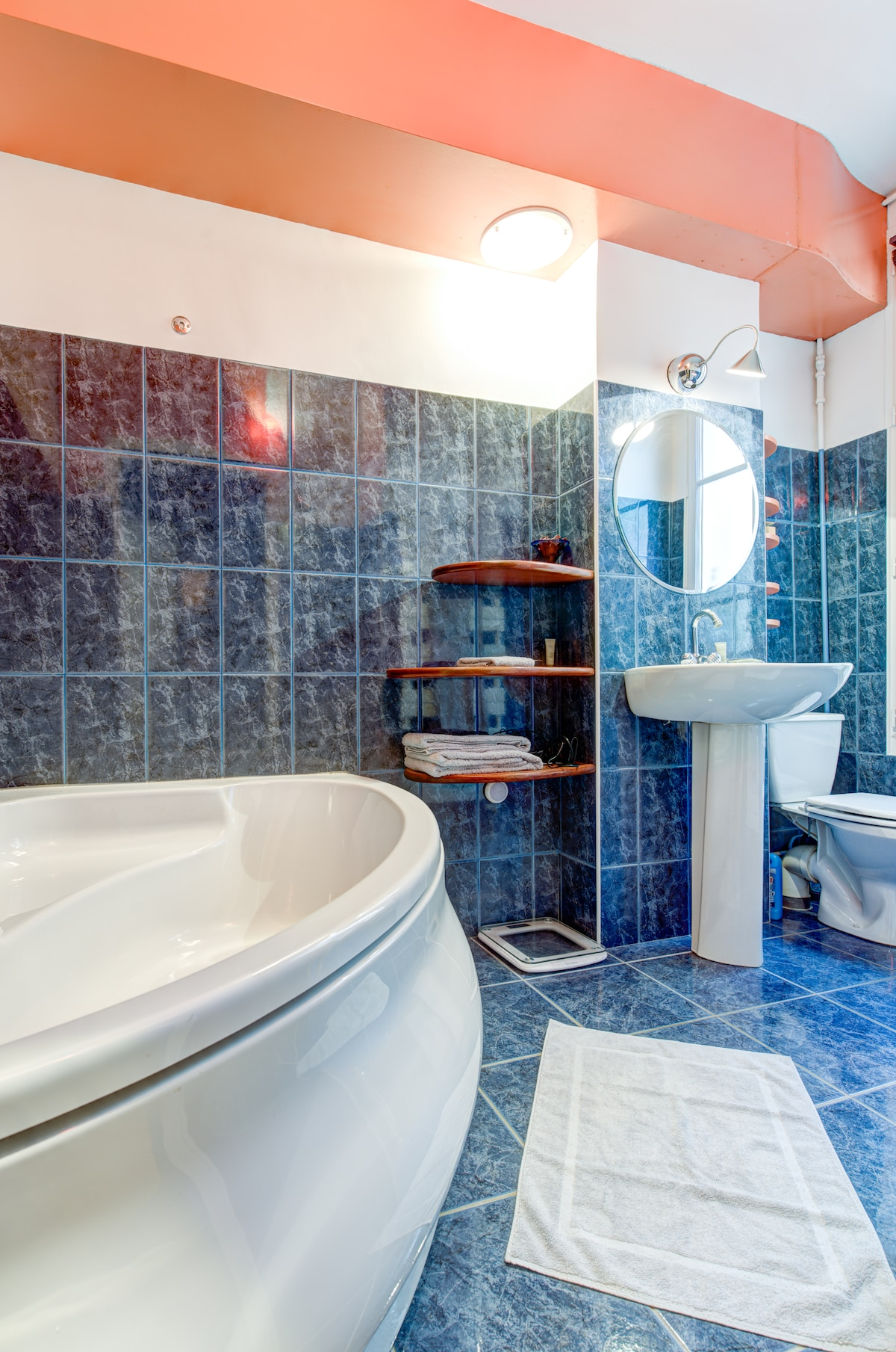 The bathroom, offering a very large bathtub, toilet and a sink to make yourself in good shape for a new walking day in Paris
