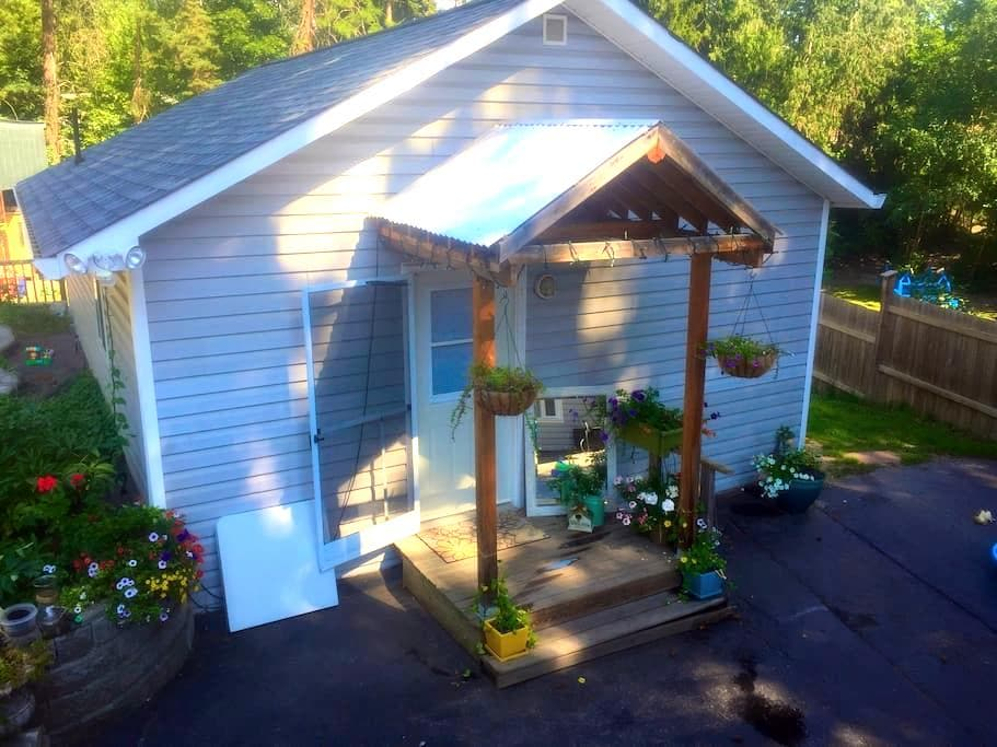 Private Self Contained Studio Guest House - Salmon Arm - Gästhus