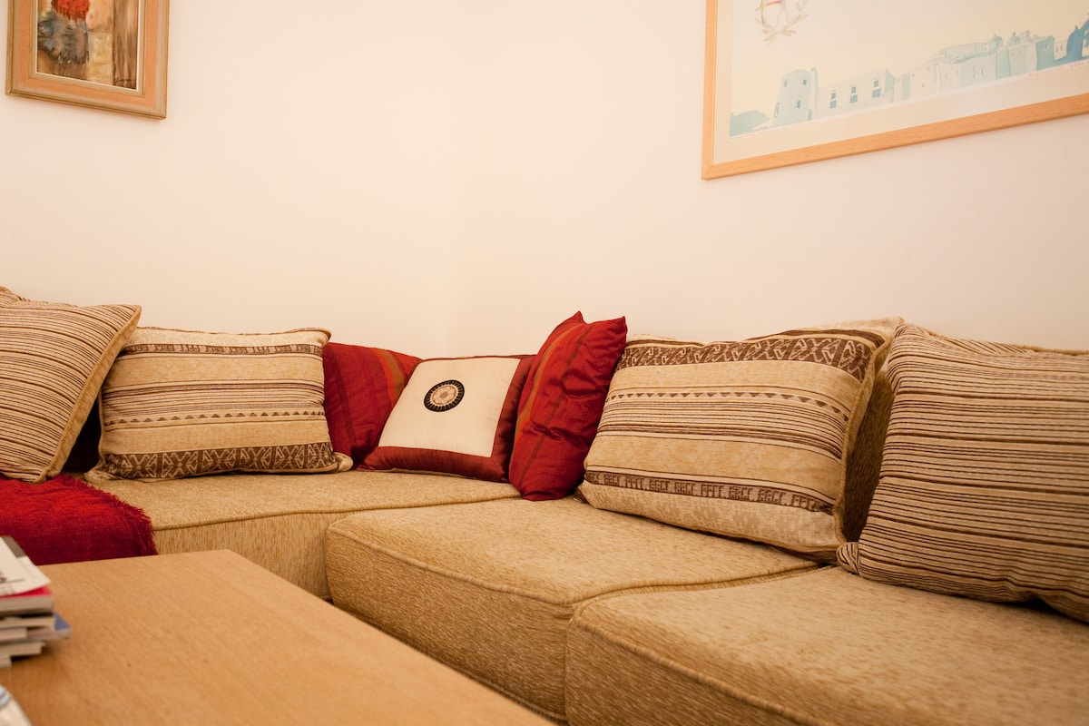 If you like the couch of the  living room can also accomodate 2 extra adults