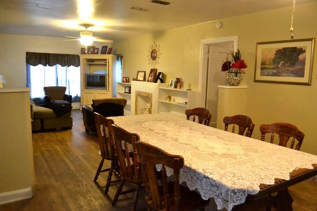 Revamped Vintage King Ranch House - Kingsville - Casa