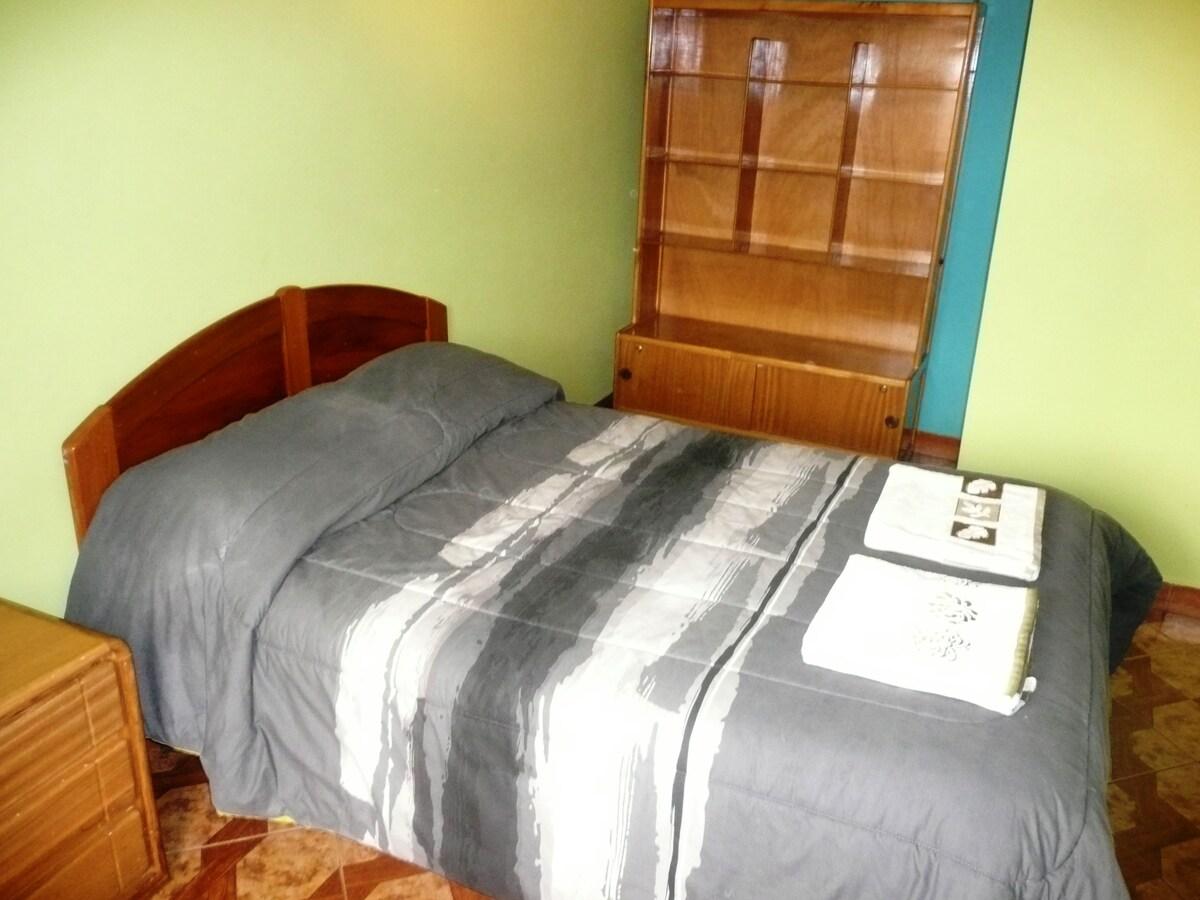Room with a queen bed, we can also fit 2 single beds or for 3 people 1 single bed + 1 bunk bed / Cuarto 2 con Cama Matrimonial, tambien se puede poner 2 camas simples o para 3 personas 1 cama simple + 1 camarote