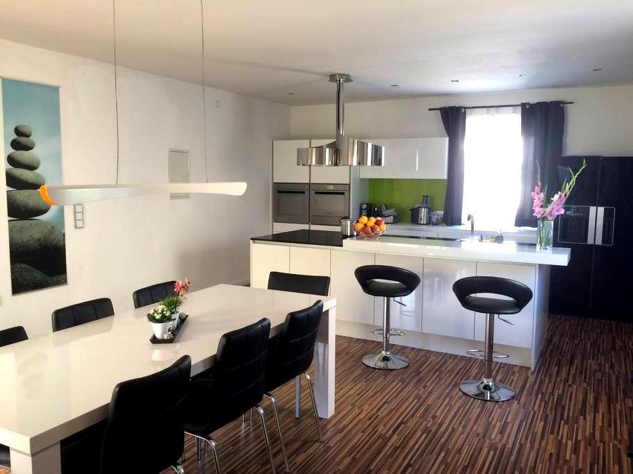 Nice priv. Bath-, Bed- & Living room - Traun - Hus