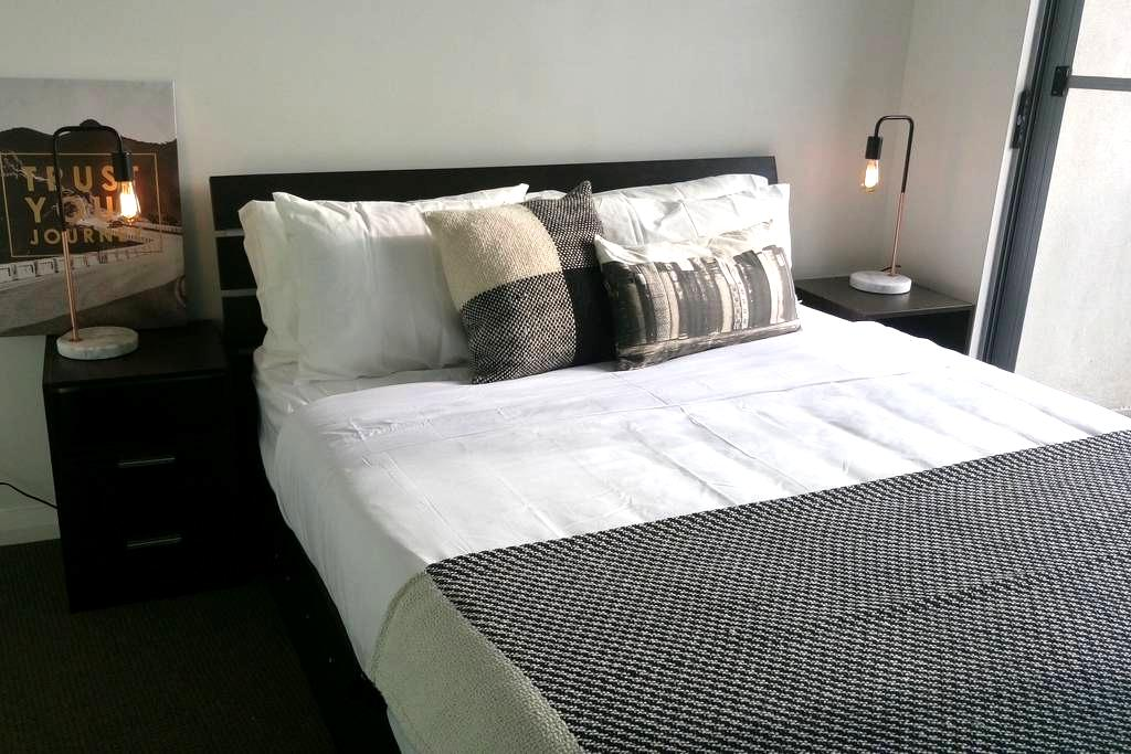 Modern Room with ensuite & balcony - Hurstville - Appartement