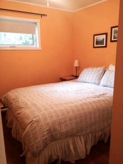 Cozy two bedroom steps to the beach - Пентиктон - Дом