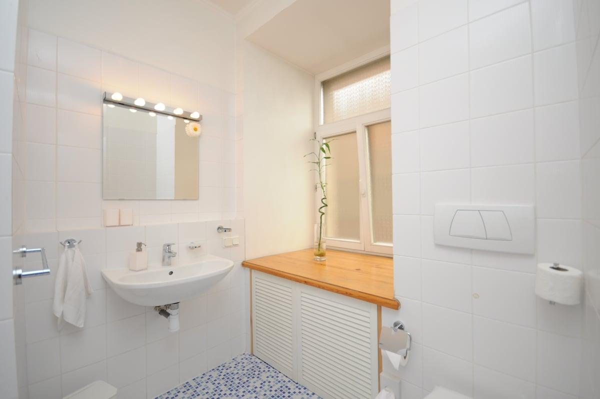 Grosses, helles Badezimmer mit Fenster.