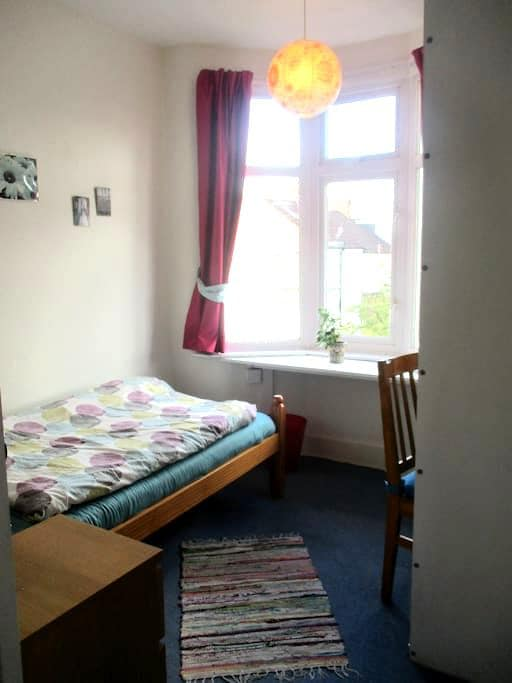 Peaceful room within 35min to the city centre - Londen - Huis