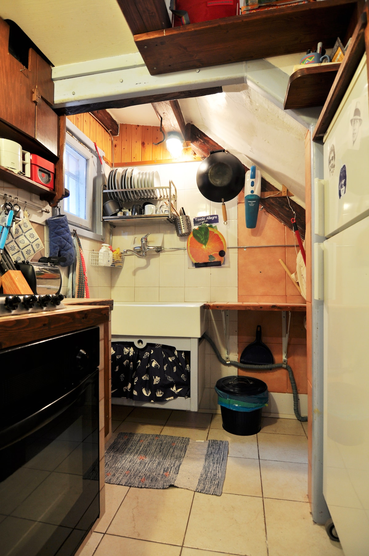 Fully Equipped kitchen with 4 fire-points stove, oven, washing machine, fridge, toaster and squeezer