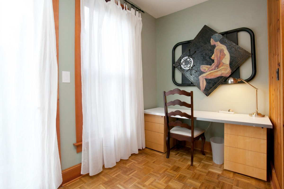 Large Desk with wifi in Balcony Room