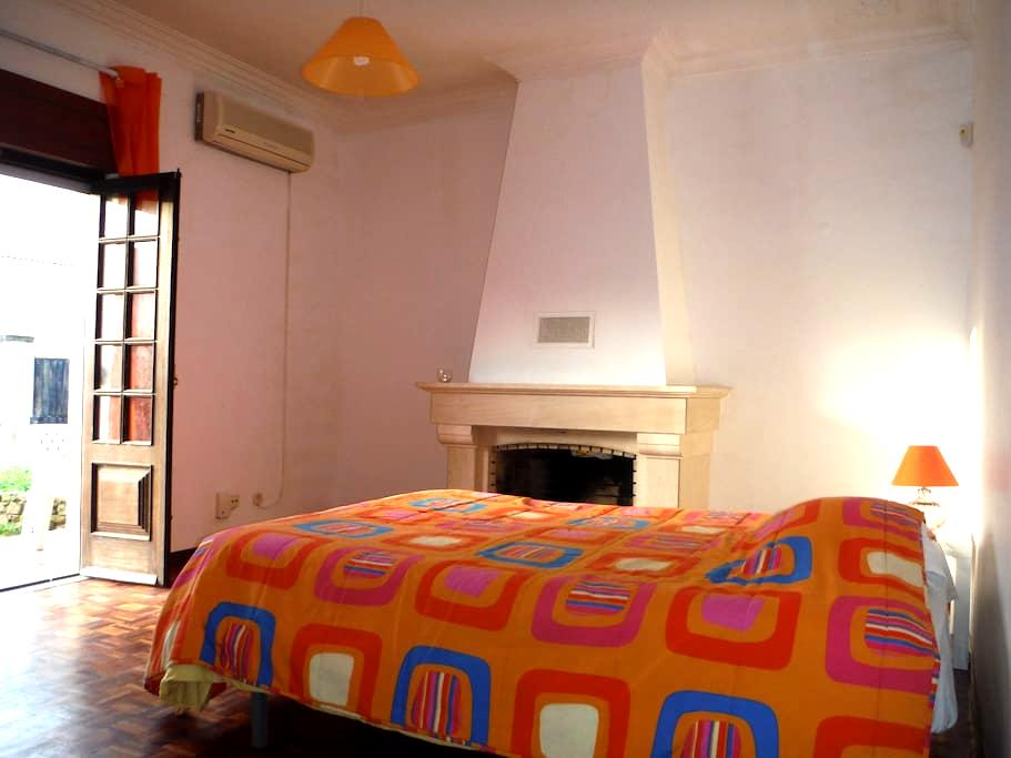 HYH Carcavelos Country - Room 2 Sunshine Orange - São Domingos de Rana - Bed & Breakfast