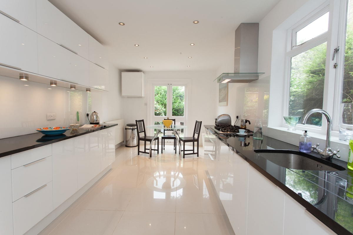 Brand new designer kitchen with reflective surfaces to amplify the space. Black granite worktops!