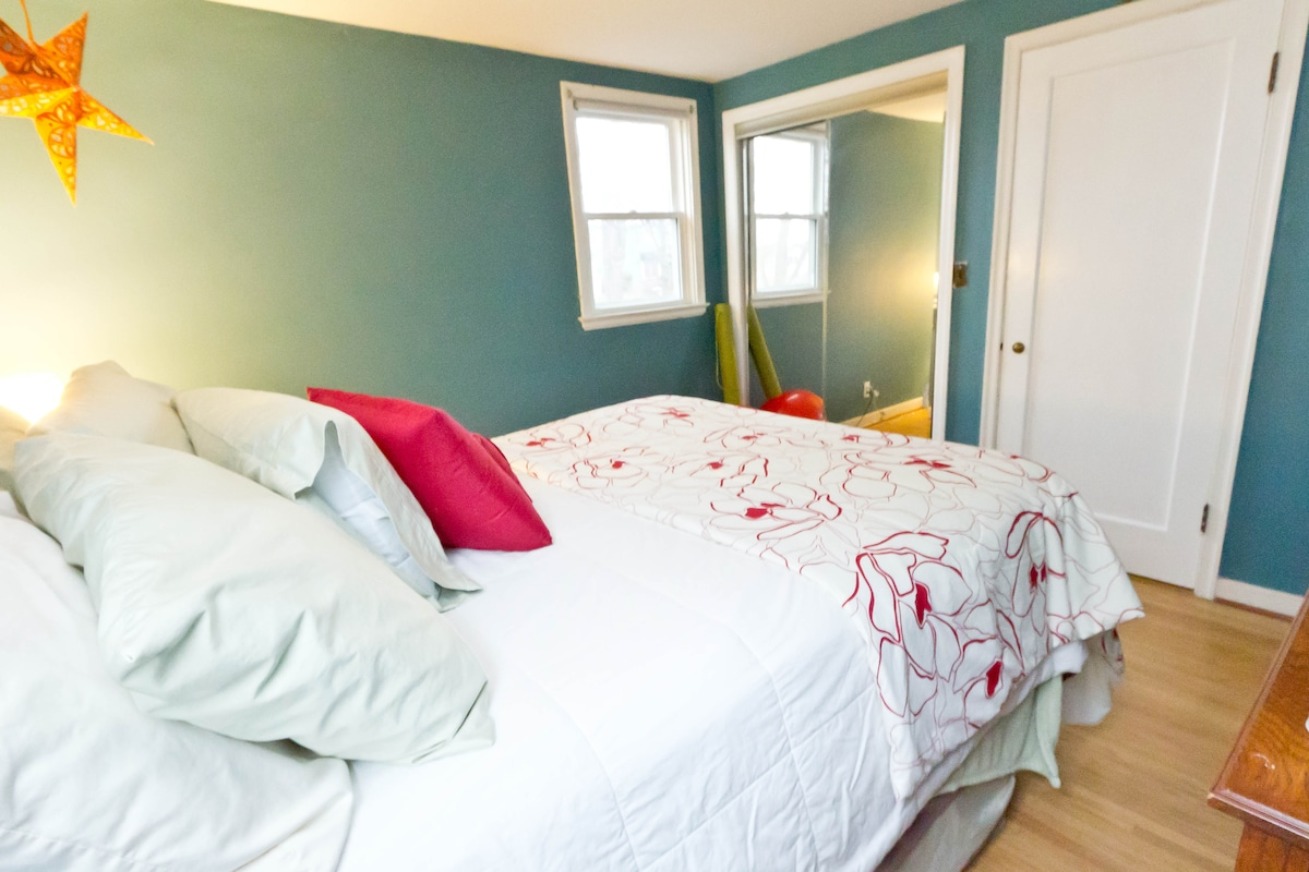 Your private room with a queen bed. All clean linens, towels, and blankets included.