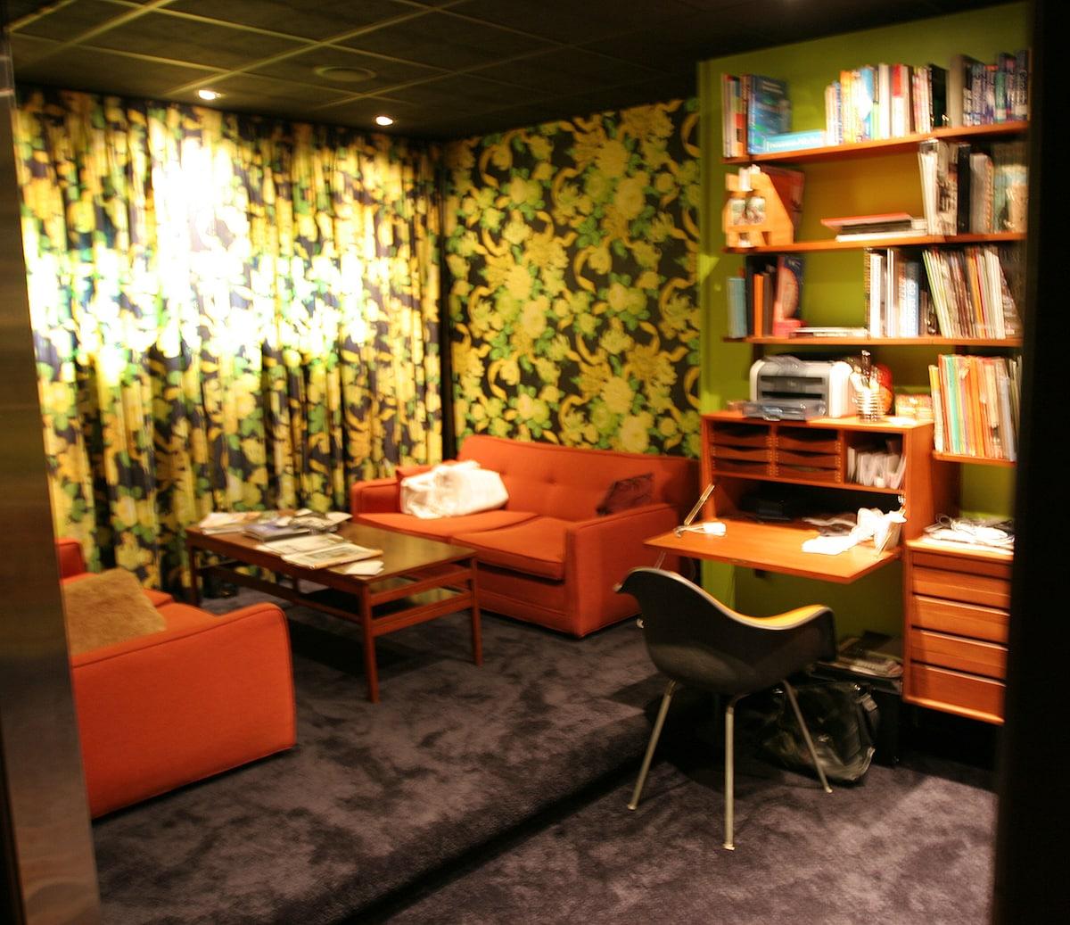 Boudoir with work stations / boudoir et bureau de travail