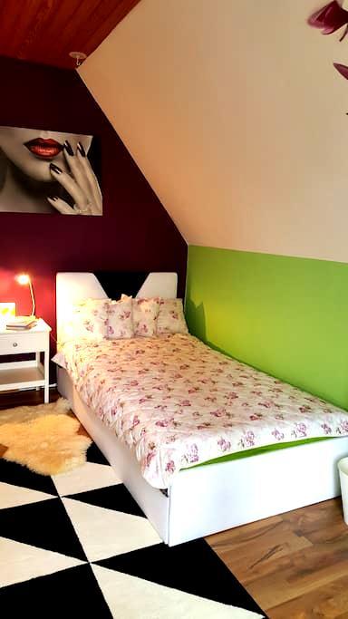Gemütliches Zimmer mit Balkon - Filderstadt - Lägenhet