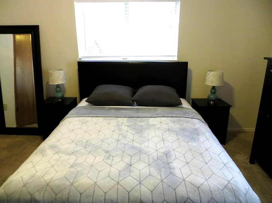Comfy Queen w/Bathroom Mins from Uptown/Downtown - Dallas - Hus