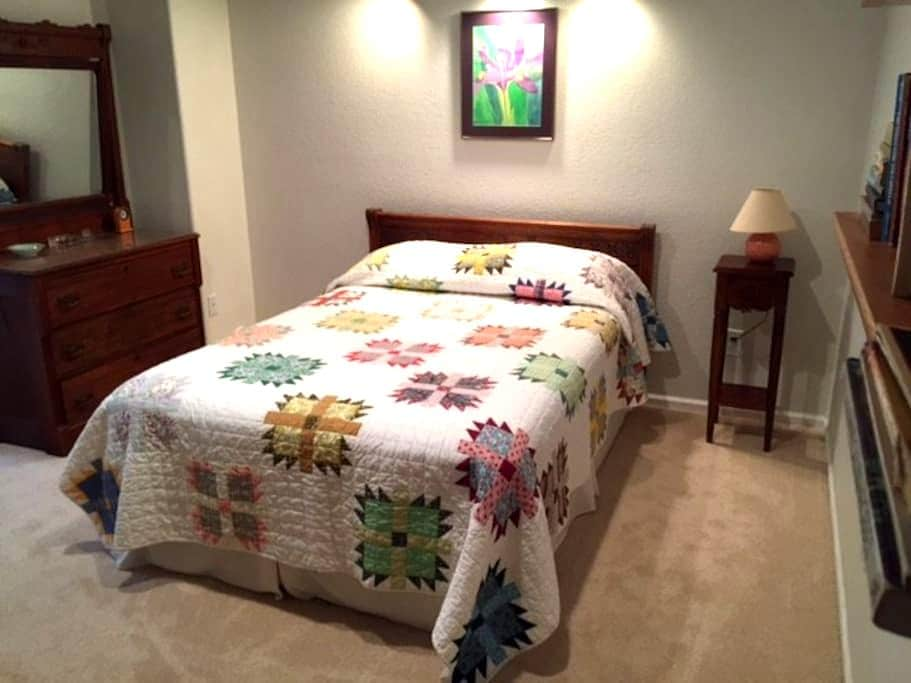 Private room/bath in Lyons - Gateway to RMNPark! - Lyons - House