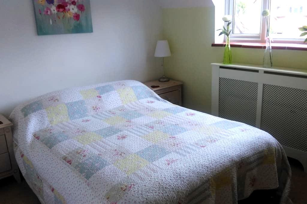 Sunny double bedroom in attractive New Forest home - Brockenhurst - House