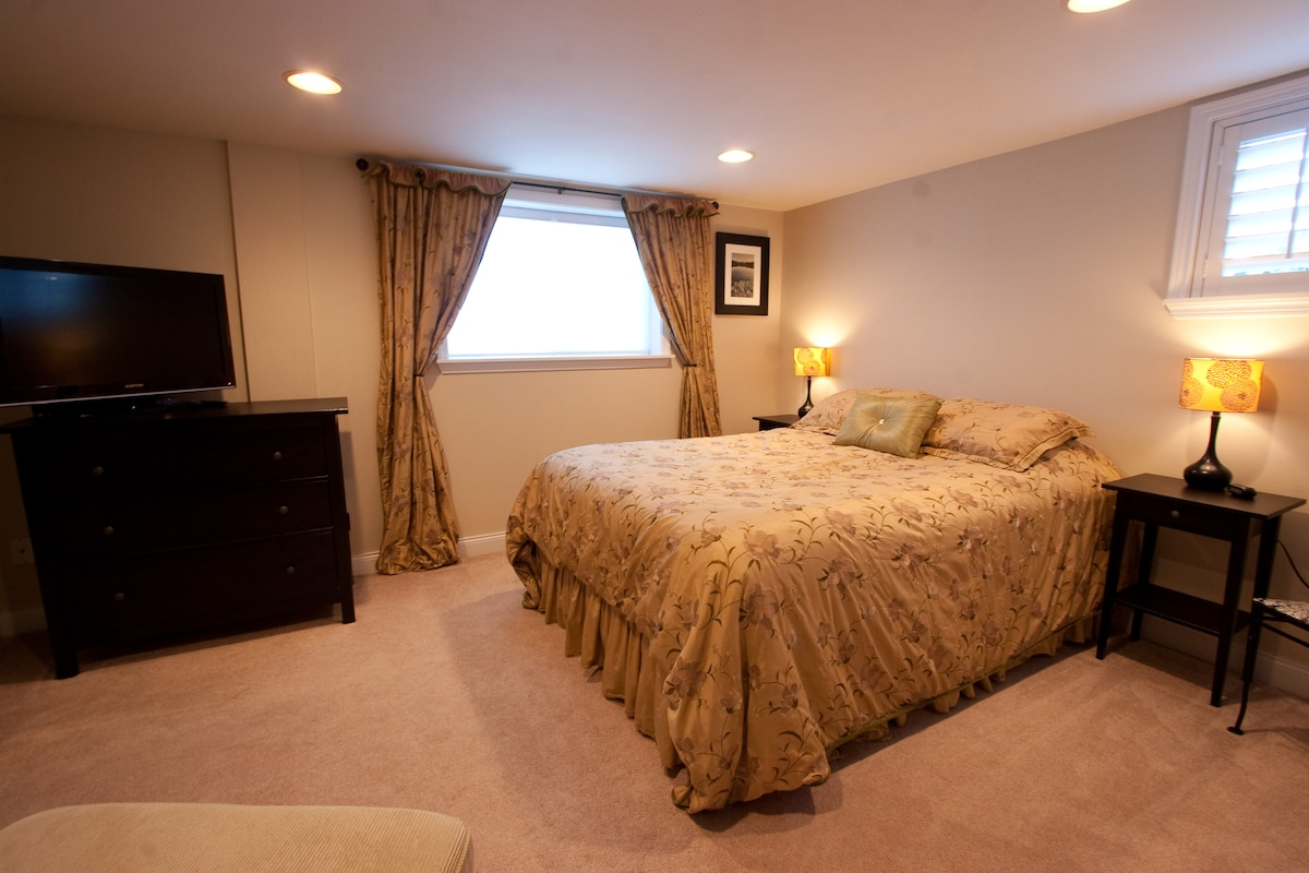 1st Bedroom with Queen - all sheets provided
